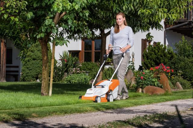 芝の手入れ手軽で綺麗に 刈幅33㎝・37㎝の2モデル 新型バッテリー芝刈機発売 ~スチール~